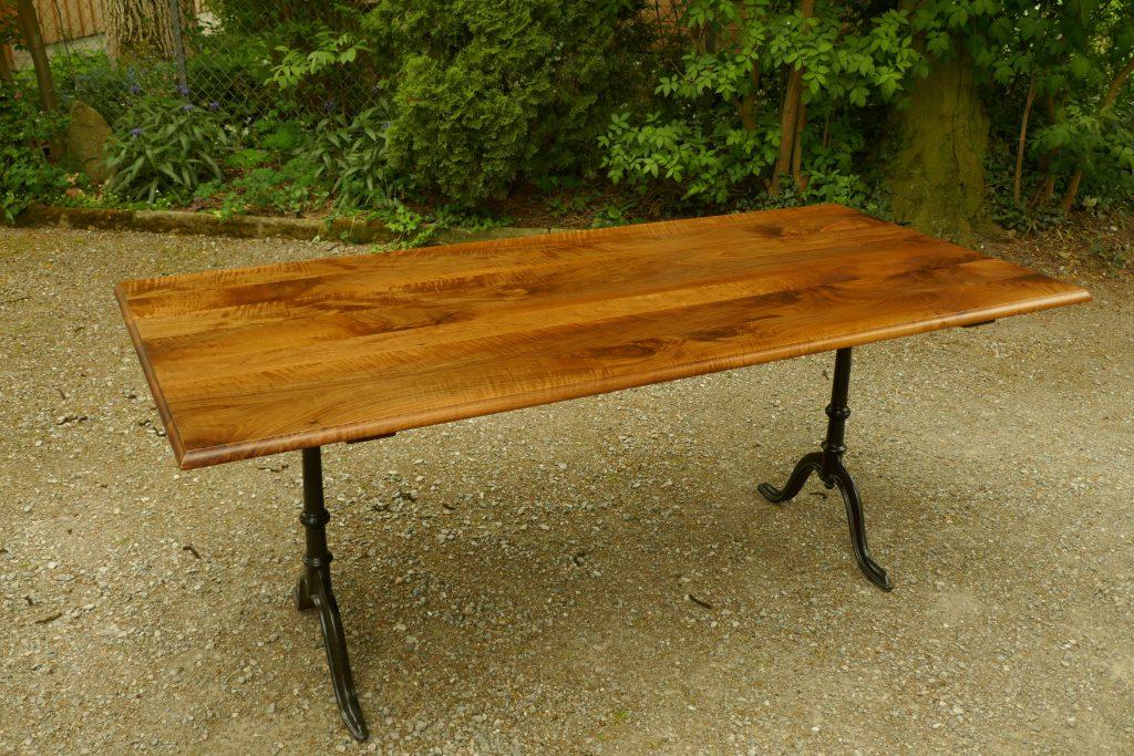 Tisch, Esstisch, Wirtshaustisch, Nussbaum